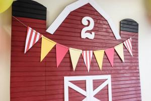 Barnyard birthday party- DIY barn with DIY banner