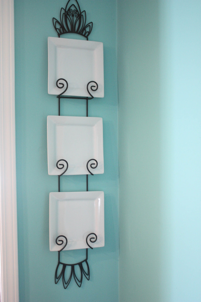 Plate rack with white, square plates