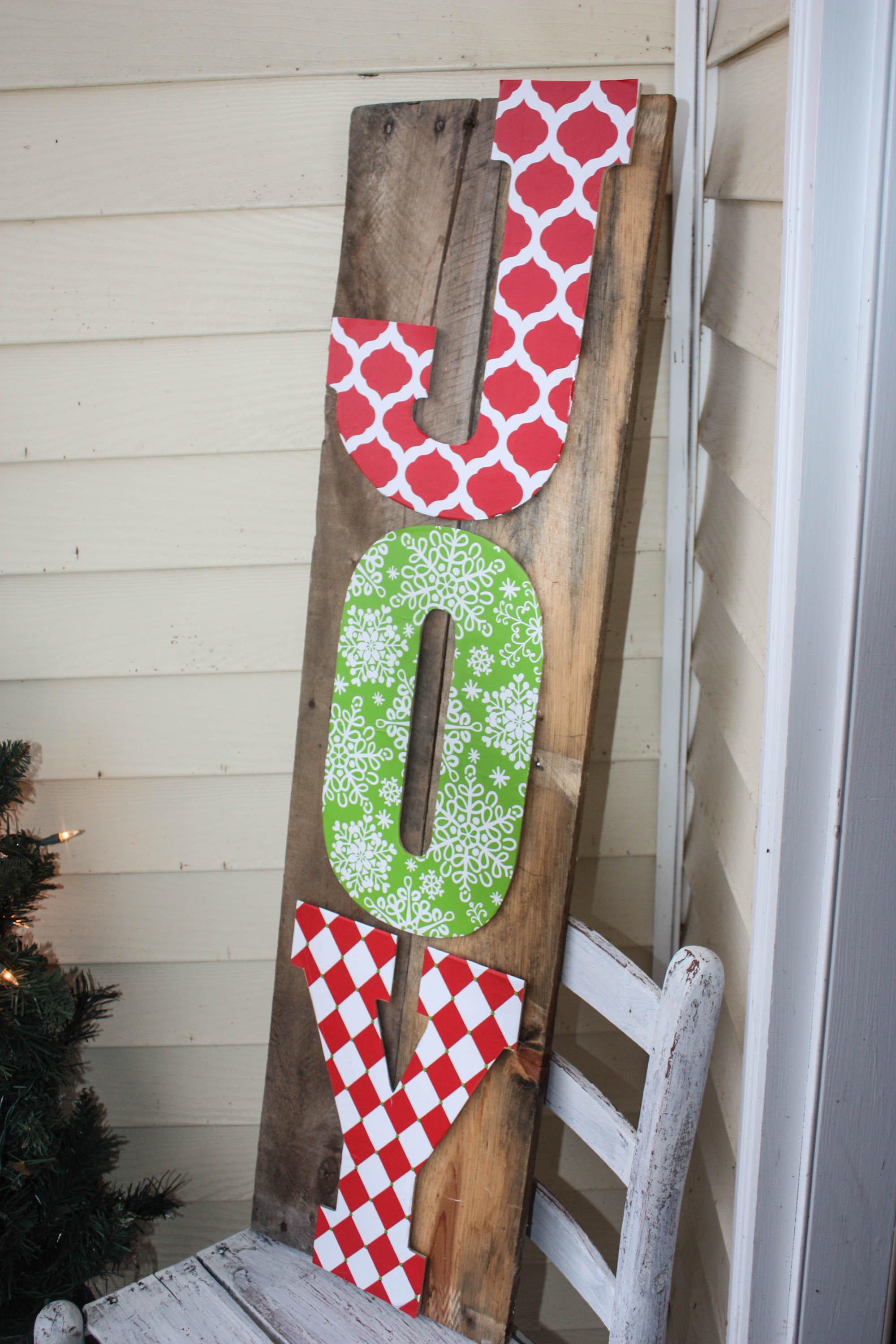 this diy pallet sign is crazy easy to make click over now to see the