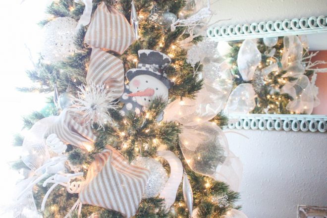How to Decorate a Christmas Tree from Start to Finish {the EASY way!}
