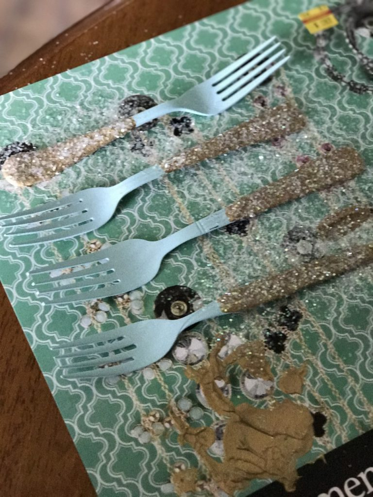 These gold dipped forks are the perfect project to bring your kitchen to life! It is a fun, fast , easy and cheap project that can be tailored to any design style! Check out the FULL tutorial!